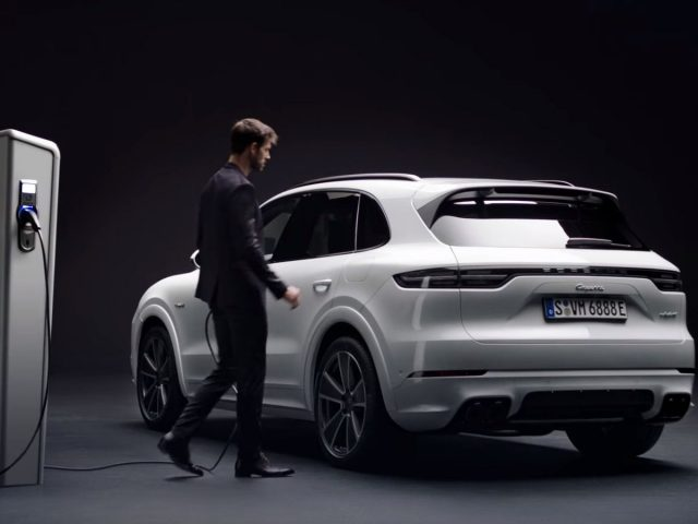 video alle details nieuwe porsche cayenne e hybrid. Black Bedroom Furniture Sets. Home Design Ideas