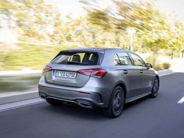 Mercedes-Benz A 250 e, designo mountaingrau magno, Leder schwarz/flamencorot // Mercedes-Benz A 250 e, designo mountain grey magno, Leather black/flamenco red  Kraftstoffverbrauch gewichtet 1,5-1,4 l/100 km, CO2-Emissionen gewichtet 34-33 g/km, Stromverbrauch gewichtet 15,0-14,8 kWh/100 km // Weighted fuel consumption 1.5-1.4 l/100 km, weighted CO2 emissions 34-33 g/km, weighted power consumption 15.0-14.8 kWh/100 km