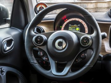 smart EQ fortwo, coupe, cool silver, prime line, interior black fabric with grey topstitching    smart EQ fortwo, coupe, Stromverbrauch kombiniert, 4,6 kW-Bordlader, (kWh/100 km), 16,5-15,2; CO2-Emission kombiniert (g/km) 0 //