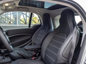 smart EQ fortwo, coupe, cool silver, prime line, interior black fabric with grey topstitching   smart EQ fortwo, coupe, Stromverbrauch kombiniert, 4,6 kW-Bordlader, (kWh/100 km), 16,5-15,2; CO2-Emission kombiniert (g/km) 0 //Combined power consumption, 4.6 kW on-board charger, (kWh/100 km), 16.5-15.2; Combined CO2 emissions (g/km) 0 smart EQ fortwo, coupe,  Stromverbrauch kombiniert, 22 kW-Bordlader, (kWh/100 km), 15,2-14,0; CO2-Emission kombiniert (g/km) 0 //Combined power consumption, 22 kW on-board charger, (kWh/100 km), 15.2-14.0; Combined CO2 emissions (g/km) 0