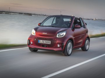 smart EQ fortwo cabrio, carmine red, prime line, interior black leather with grey topstitching  smart EQ fortwo cabrio, Stromverbrauch kombiniert, 4,6 kW-Bordlader, (kWh/100 km), 16,8-15,4; CO2-Emission kombiniert (g/km) 0 //