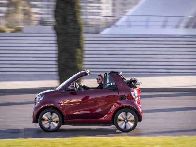 smart EQ fortwo cabrio, carmine red, prime line, interior black leather with grey topstitching  smart EQ fortwo cabrio, Stromverbrauch kombiniert, 4,6 kW-Bordlader, (kWh/100 km), 16,8-15,4; CO2-Emission kombiniert (g/km) 0 //Combined power consumption, 4.6 kW on-board charger, (kWh/100 km), 16.8-15.4; Combined CO2 emissions (g/km) 0 smart EQ fortwo cabrio, Stromverbrauch kombiniert, 22 kW-Bordlader, (kWh/100 km), 15,4-14,2; CO2-Emission kombiniert (g/km) 0 // Combined power consumption, 22 kW on-board charger, (kWh/100 km), 15.4-14.2; Combined CO2 emissions (g/km) 0